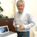 Dr. Robert Url mit neuem Gerät zur fokussierten Stoßwellen-Therapie